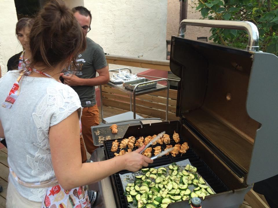 COMPLET – NOUVEAU! (Session supplémentaire) Cours de cuisine adulte « Dîner à l'atelier » : Mardi 27 juin de 18h à 22h (dîner sur place inclus): Plancha & Barbecue! (49€)