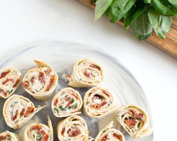 Wraps chèvre, tomates séchées, basilic et roquette
