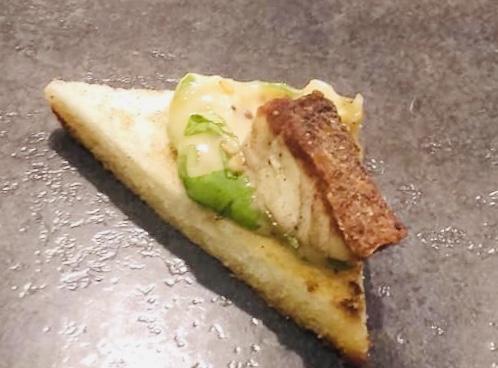 Toast mayonnaise vinaigre de framboise et bar grillé