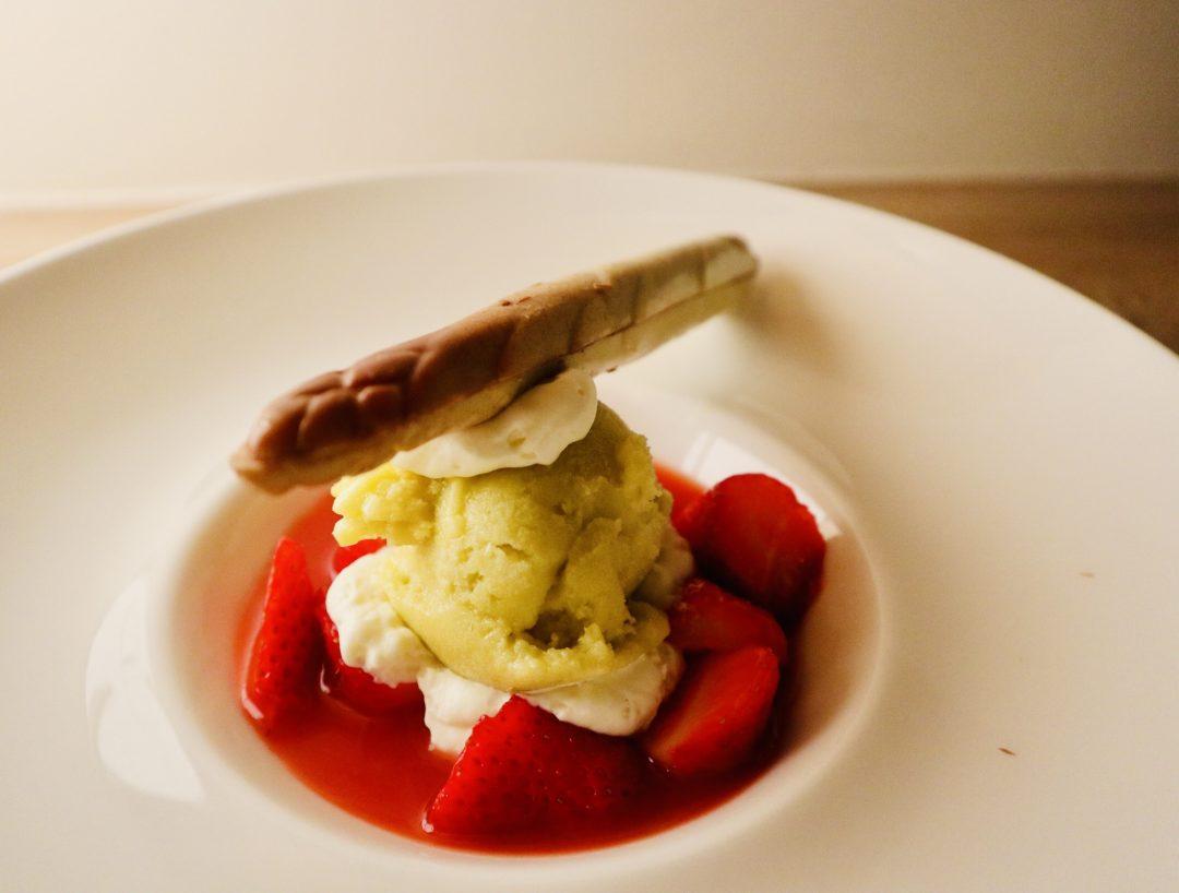 Soupe de fraises, sorbet asperges-agrumes