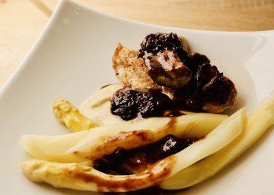 Veau et foie gras cuisson basse température, crémeux de topinambour à la fève de tonka, sauce aux morilles
