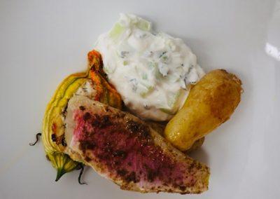 Rouget basse température, Tzaziki, pommes de terre grenailles et fleurs de courgettes farcies