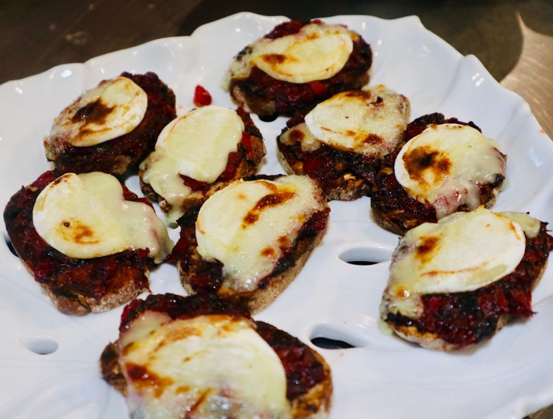 Bruschetta compoté de fraises et fromage de chèvre