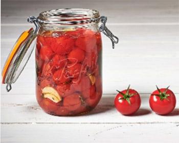 Petites tomates à l'huile d'olive en bocal