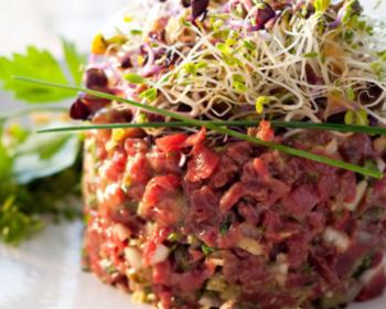 Tartare bœuf-betterave à la crème de ciboulette