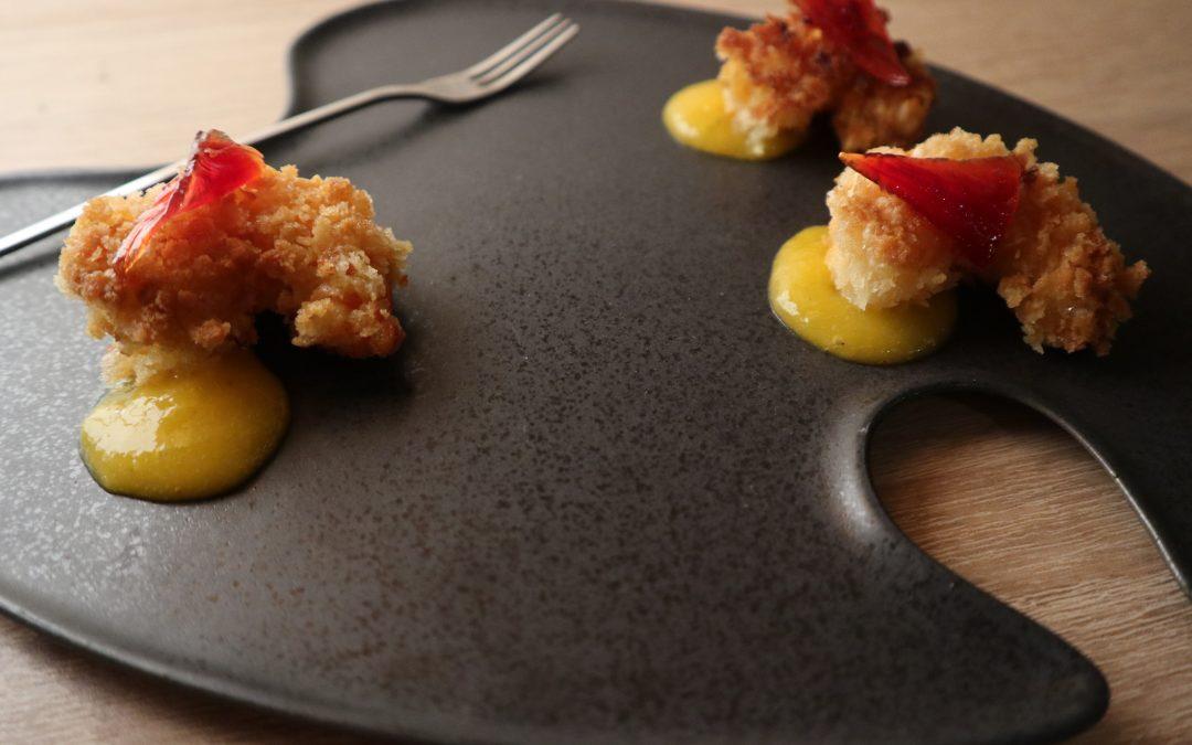 Gambas chapelure de Panko, pickles d'oignon rouge, condiment mangue et vinaigre de riz