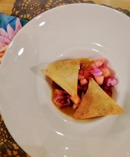 Samoussas au chocolat et salade de fruits exotiques