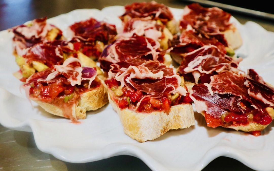 Tartine fraîcheur fraises, tomates cerises, avocat, citron vert et jambon Bellota