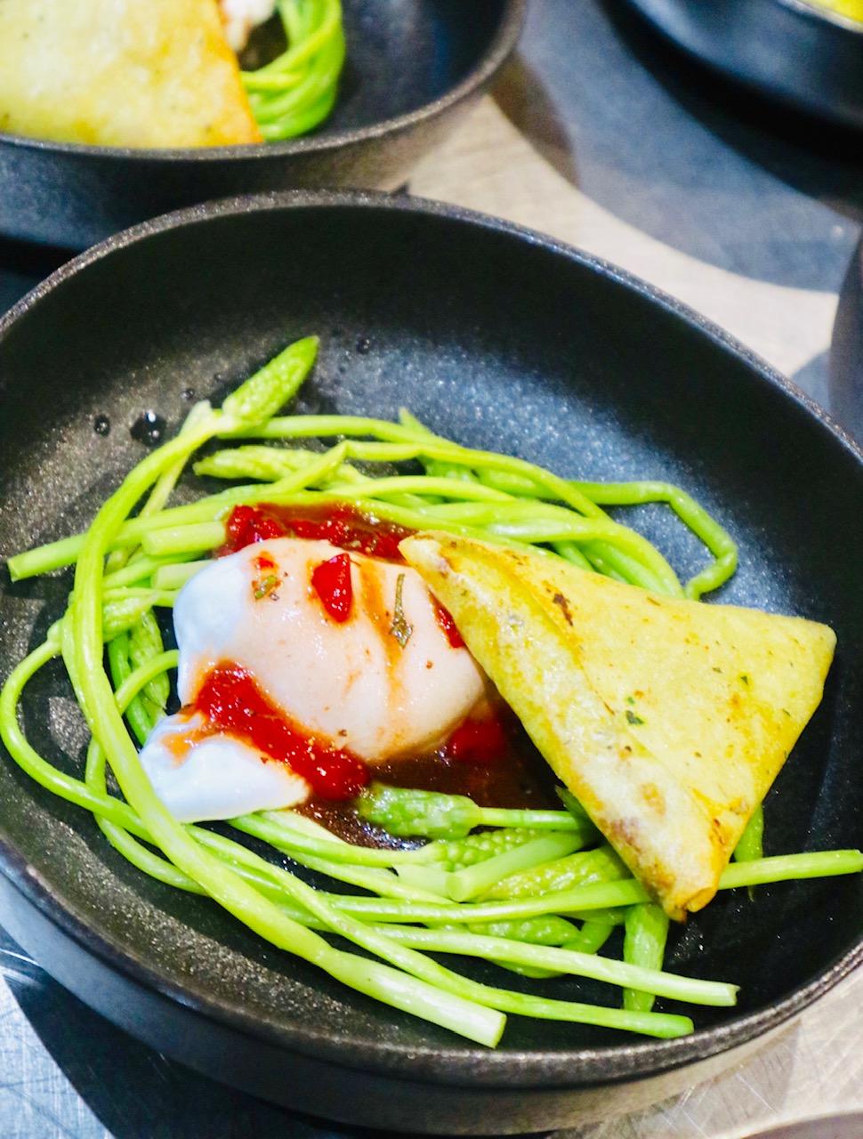 Salade d'asperges sauvages, oeuf poché, vinaigrette fraise-mélisse, samoussas au pesto