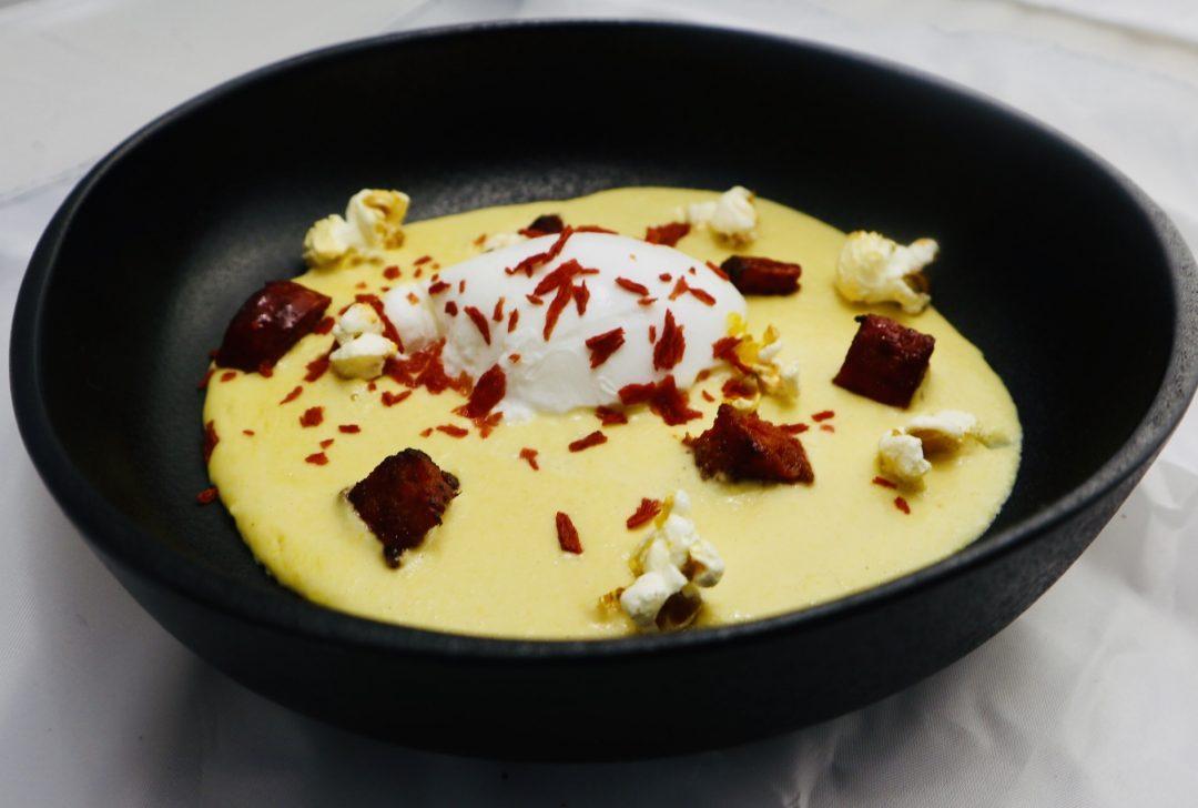 Soupe de maïs, œuf poché, chorizo, pop-corn (variante queue de homard)