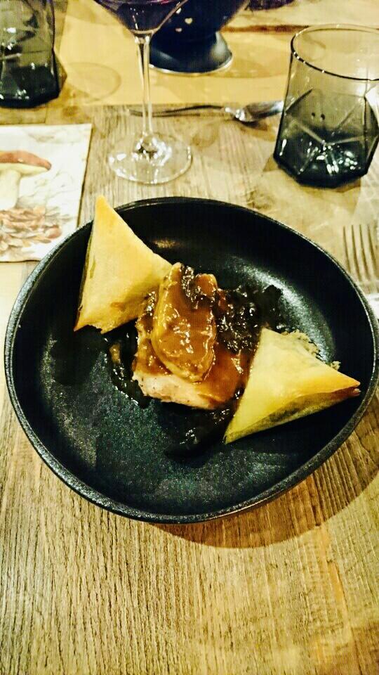 Caille et foie gras poêlé, sauce aux champignons et samoussas